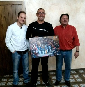 Carlos García (presidente Alagoneses) y Luis Gorreta (presidente Garibaldinos) entregan fotografía del homenaje a José Beltrán (presidente Caballeros de Cardona). Fotografía de Antonio Martínez.