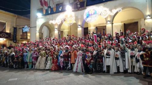 Foto de familia de la Comparsa de Alagoneses de Sax el día 4 de febrero de 2015. Fotografía de Pablo Ortega.