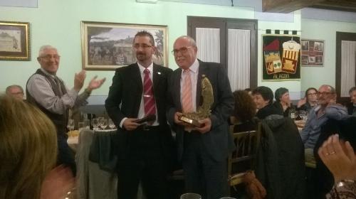 La Peña Sajeño Alagonesa de Alagón concede su máxima distinción a Gumersindo Gutiérrez: el Salmón de Alagón. 21 de noviembre de 2015.