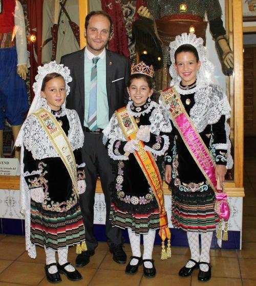 Nuestro presidente, Carlos García, con la Reina de Fiestas 2017 y las Dama de honor alagonesas 2016 y 2017.